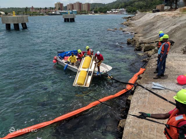 Deploying oil skimmer in water